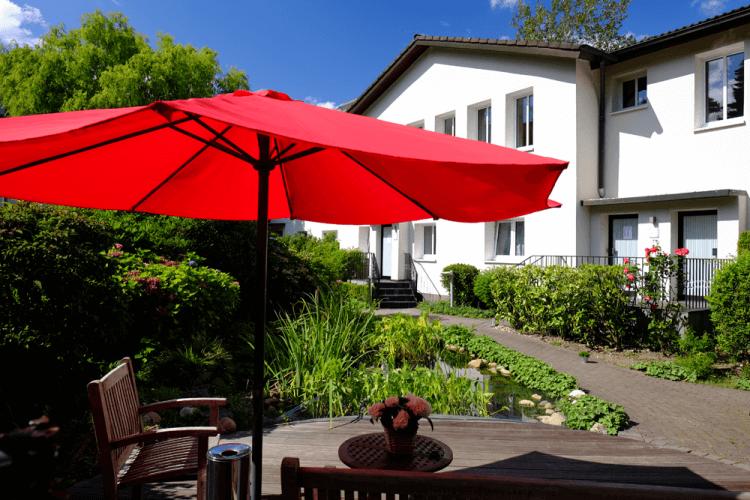 Außenansicht Teich Haus Terrasse Hotel An der Gruga Essen Messehotel Klinikhotel