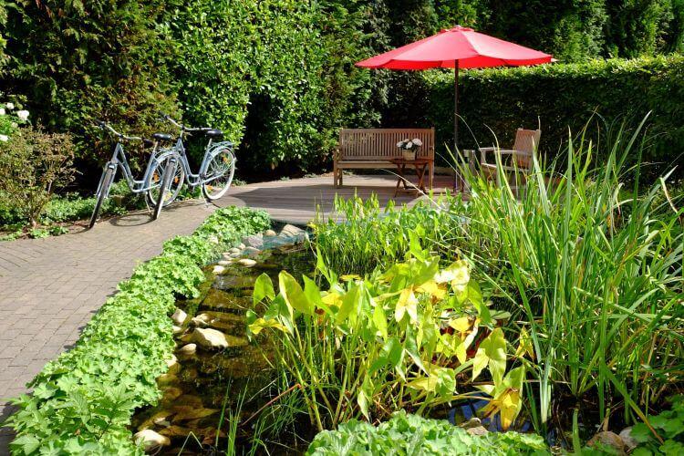 Garten Terrasse Teich Fahrrad Außenansicht Hotel An der Gruga Essen Messehotel Klinikhotel